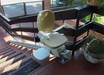 Obrotowe siedzisko umożliwia komfortowe wejście/zejście na/z windy schodowej Acorn Out