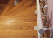 Widok na tor krzesełka -windy schodowej Platyna CU/A view of curved track stairlift Platinum CU