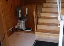 Dzięki instalacji platformy przyschodowej oraz iwndy schodowej przywróciliśmy osobie niepełnosprawnej pełną niezależność we własnym domu