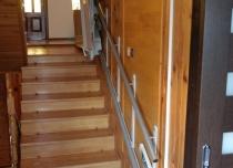 Platforma przyschodowa łączy górną kondygnację w domu