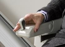 Krzesełko schodowe wyposażone jest w wygodny joystick sterowania kierunkiem jazdy, umieszczony w podłokietniku