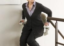 Za pomocą dźwigni fotelik obraca się by osoba mogła wygodnie zejść z urządzenia