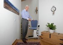 Na górnym przystanku wysiadamy na wprost schodów - krzesełko wyposażone w dźwignię ręczną do obrotu siedziska