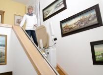 Winda schodowa Alfa przywróci bezpieczeństwo Twoje i Twoich bliskich. Schody i dom bez barier z krzesełkiem schodowym od Lift Plus PL