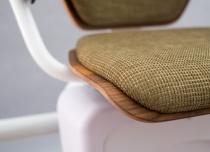 W wersji exclusive oparcie, siedzisko i podłokietniki windy schodowej Alfa wykonane są z drewna orzechowego