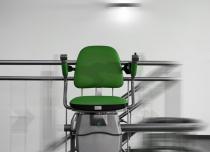 Krzesełka przyschodowe Hawle występują w dowolnym kolorze tapicerki i szyny