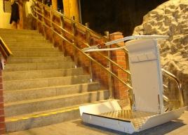 Platformy schodowe instalujemy praktycznie wszędzie; zdjęcie po montażu w Kopalni Soli Wieliczka