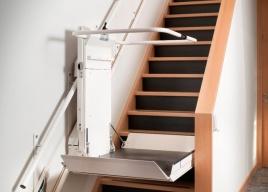 W swojej ofercie posiadamy platformy przyschodowe instalowane na schodach prostych i schodach zabiegowych z zakrętami
