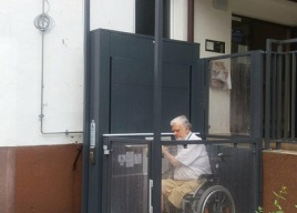 Małe platformy pionowe to doskonałe rozwiązanie na zapewnienie dostępu dla niepełnosprawnych mieszkańców bloków w których schody zewnętrzne są barierą architektoniczną