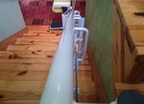 Montaż krzesła schodowego jest bezinwazyjny dla wszystkich typów schodów, również tych drewnianych