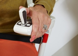 Joystick sterowania krzesełkiem schodowym jest umieszczony w podłokietniku z prawej lub lewej strony (w zależności od wyboru klienta)
