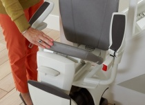 Składane siedzisko i podnóżek umożliwiają złożenie krzesełka i zaoszczędzenie dodatkowej przestrzeni
