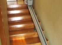 Nieużywane krzesło schodowe można złożyć by umożliwić wolne przejście dla osób chcących skorzystać ze schodów