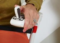 Jazda krzesełkiem za pomocą sterowania joystickiem w podłokietniku krzesełka schodowego