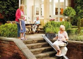 Winda schodowa zewnętrzna - krzesełko schodowe, to doskonały przyjaciel który zadba o Twoje zdrowie i pomoże w codziennym pokonywaniu schodów