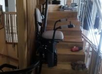 Windy schodowe Hawle to bardzo kompaktowe krzesełka; szerokość foteliku w świetle biegu wynosi tylko 68 cm