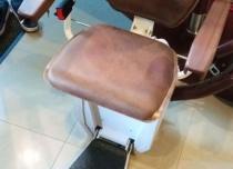 Wykonanie krzesełka z elementów najwyższej jakości - siedzisko, oparcie i podłokietniki wykonane z orzecha włoskiego