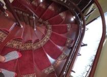 Tor prowadzący krzesełka schodowego wykonany w specjalnym kolorze RAL, dobranym pod kolor schodów